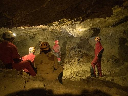 Spéléologues et acteurs de l'éducation nationale du Gers dans la grotte de Hontgrillon.